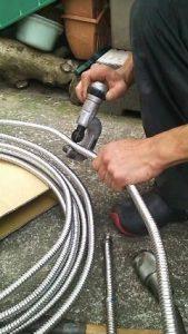 蛇口の給水管加工1
