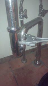 金属製の洗面排水トラップ