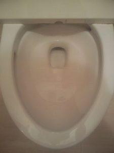 トイレ便器内の水溜まり