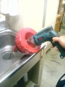 トーラーワイヤーを使い排水の詰まりを抜く